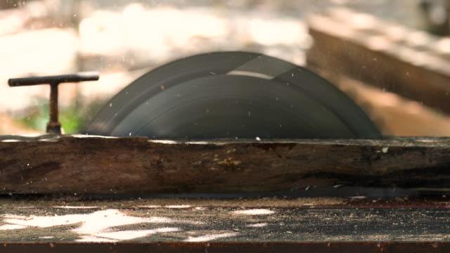nahaufnahme der hand eines zimmermanns, der mit kreissäge arbeitet. - kreissäge stock-videos und b-roll-filmmaterial