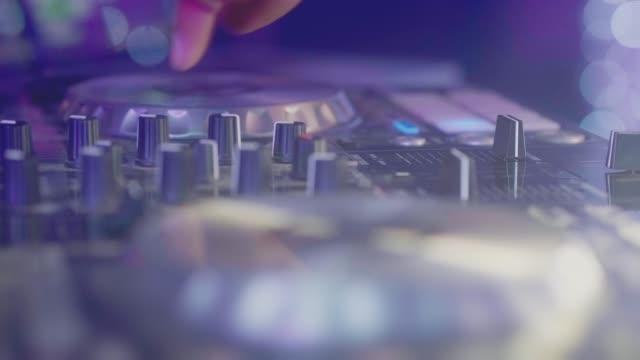 vídeos de stock, filmes e b-roll de feche acima da mão de plataformas do dj - dj