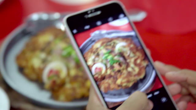 close up hand take photo thai street food. - tajska kuchnia filmów i materiałów b-roll