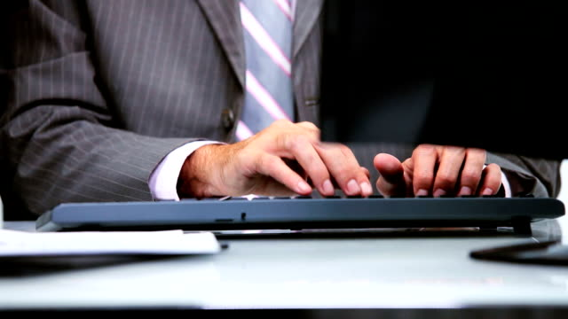 vidéos et rushes de gros plan des mains clavier d'ordinateur - book