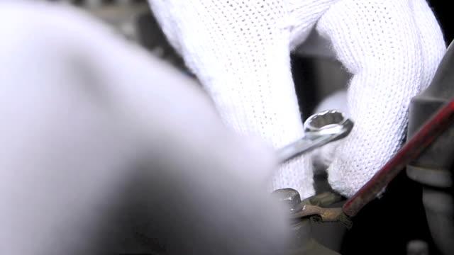 close up hands of man using wrench to fix the car - klucz ręczne narzędzie filmów i materiałów b-roll