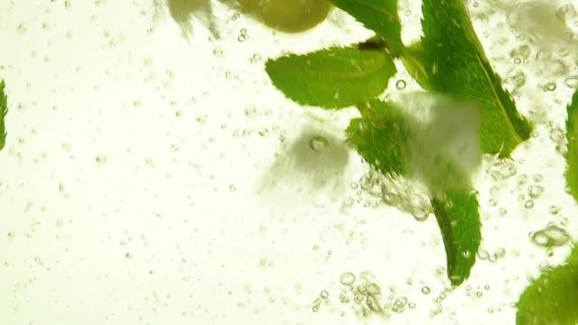クローズ アップ氷、ミントの葉、モヒートのレモン - 氷点の映像素材/bロール