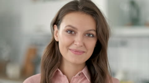 vídeos de stock e filmes b-roll de close up independent business woman portrait of attractive brunette executive smiling friendly looking at camera wearing suit. - primeiro plano