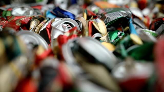 schließen sie eine große anzahl von aluminium-getränkedosen für das recycling. recycelte bleche können ballen stapeln - aluminium stock-videos und b-roll-filmmaterial