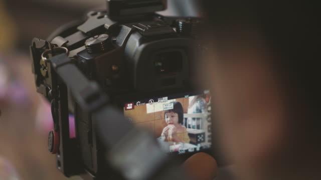 少女カメラで食べるアイスクリームをクローズ アップ - 映画用カメラ点の映像素材/bロール