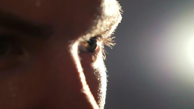 nära upp titta på profil sweapy idrottsman på grå bakgrund. långsamt - svett bildbanksvideor och videomaterial från bakom kulisserna