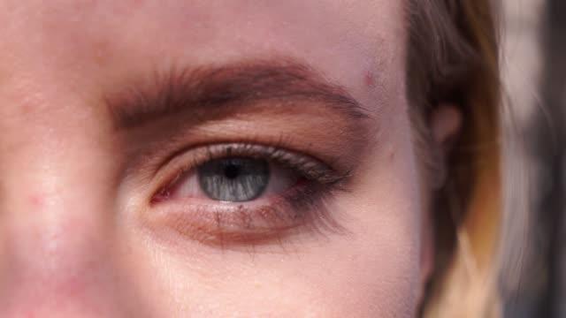 stockvideo's en b-roll-footage met close-up macro blauw oog opening menselijke iris natuurlijke schoonheid - ooglid