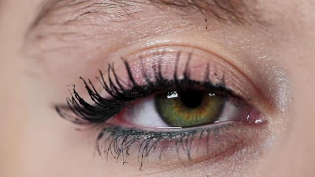 stockvideo's en b-roll-footage met close-up macro groene oog opening, menselijke iris natuurlijke schoonheid. - ooglid