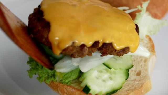 närbild gör hamburger - hamburgare bildbanksvideor och videomaterial från bakom kulisserna
