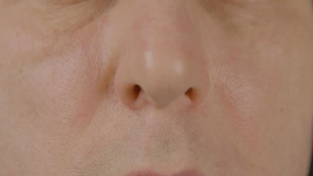 erkek burnu açık görünümü kapatın. plastik cerrahi. solunum ve kulak burun boğaz - burun vücut parçaları stok videoları ve detay görüntü çekimi