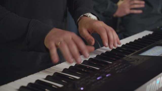 vídeos de stock, filmes e b-roll de close-up masculino play no sintetizador - músico pop