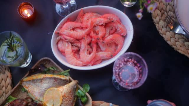 vidéos et rushes de fermez vers le haut la nourriture méditerranéenne de crevettes de poisson de poulet rôti de repas - banquet