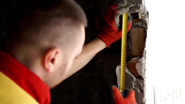 vídeos de stock e filmes b-roll de close up - measuring tape - door knock
