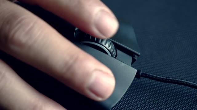 nahaufnahme der männer hand ist die maus verwenden. - computermaus stock-videos und b-roll-filmmaterial