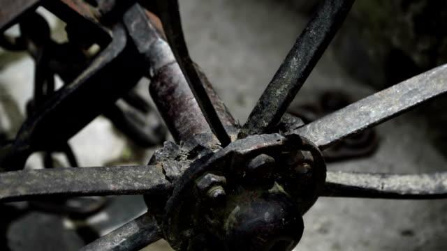 yakın çekim - metal eski sigara işleyen tarım makineleri ve tekerlekli - ortaçağ stok videoları ve detay görüntü çekimi