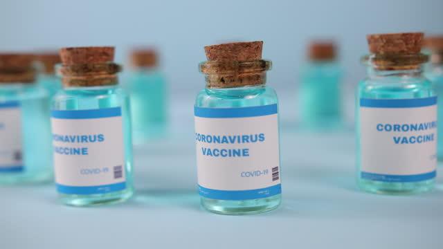 крупным планом moderna вакцины. novavax, астразенека, бионтех, pfizer. вакцина ковид - covid vaccine стоковые видео и кадры b-roll