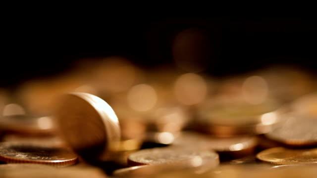 geld münze fallen auf den boden im dunklen licht, geschäfts- und finanzviertel für geld sparen oder hintergrund anlagekonzept mit schwarzen textfreiraum extrem nah oben und flachen dof hautnah - amerikanische geldmünze stock-videos und b-roll-filmmaterial