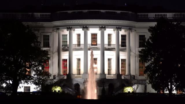 закрыть ночной архитектура белого дома в вашингтоне, округ колумбия сша - white house стоковые видео и кадры b-roll