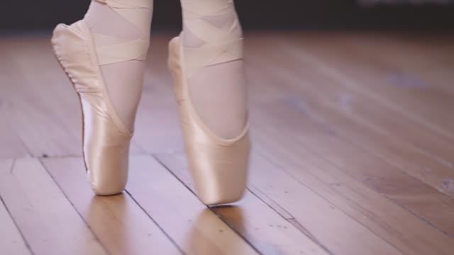 nahaufnahme von zu fuß über eine studio-etage in spitzenschuhe ballett-tänzerin - gymnastikanzug stock-videos und b-roll-filmmaterial