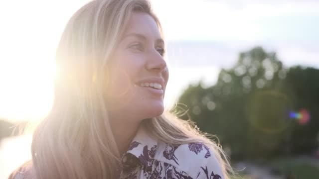 Close-up van een blonde vrouw rond te kijken video