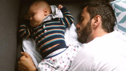 primo posto di un bambino carino che si allunga nel sonno - carino video stock e b–roll