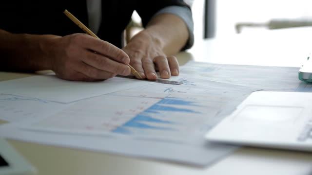 Gros plan d'un rapporteur pour le diagramme de dessin sur papier millimétré financier - Vidéo