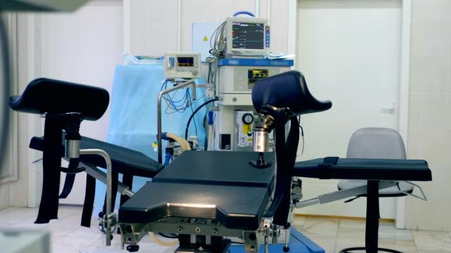 Nahaufnahme von einem gynäkologischen Untersuchungsstuhl in ein Arztzimmer – Video