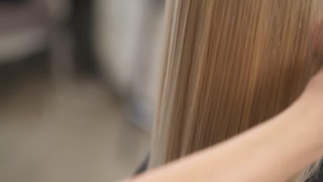 a を染めた髪をブラッシング ブラシを口と手のクローズ アップ。カメラ上に移動します。 - ブラシ点の映像素材/bロール