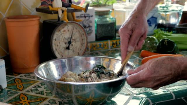 vídeos y material grabado en eventos de stock de primer plano de un hombre mezclando la mezcla de bolas de matzo con una cuchara de madera - pascua judía
