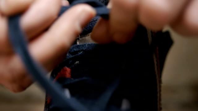 男性のクローズアップ結束彼の作品のブーツ - 結ぶ点の映像素材/bロール