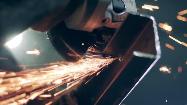 vídeos de stock e filmes b-roll de close up of a metal beam getting cut by a rotary saw - aço