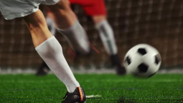 nahaufnahme eines fußball-spieler, die sich in einer stornierungsgebühr in höhe der kosten für das ziel - strafstoß oder strafwurf stock-videos und b-roll-filmmaterial