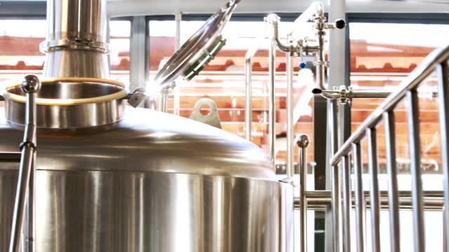 Primo piano di un contenitore acciaio per la birra - video