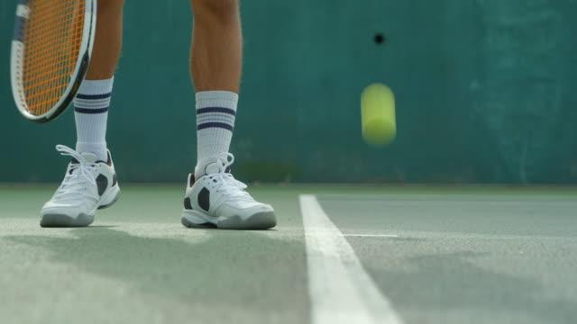 Nahaufnahme eines Tennisspielers, der dient. – Video