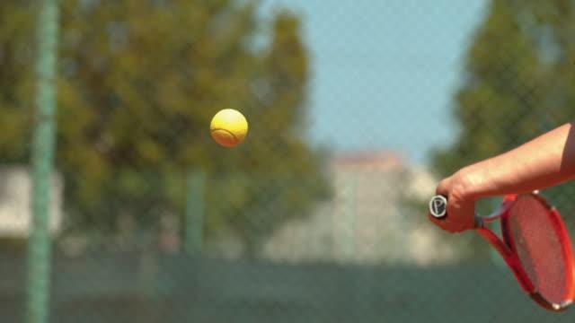 ボールを打つテニスラケットのクローズアップ、ウルトラスローモーション - テニス点の映像素材/bロール
