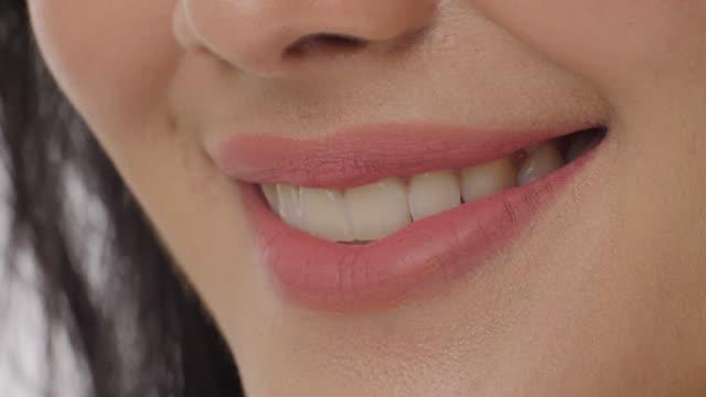 背景が白い歯で笑顔の女性のクローズ アップ - スタジオ 日本人点の映像素材/bロール