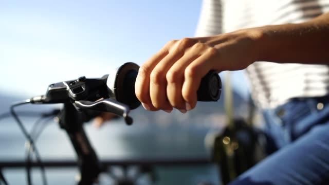 stockvideo's en b-roll-footage met close up van een vrouw hand fietsen - minder dan 10 seconden