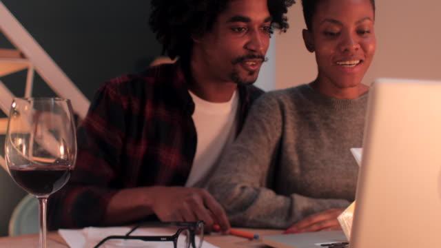 primo posto di una giovane coppia che saluta eccitatamente in videoconferenza. - happy hour video stock e b–roll