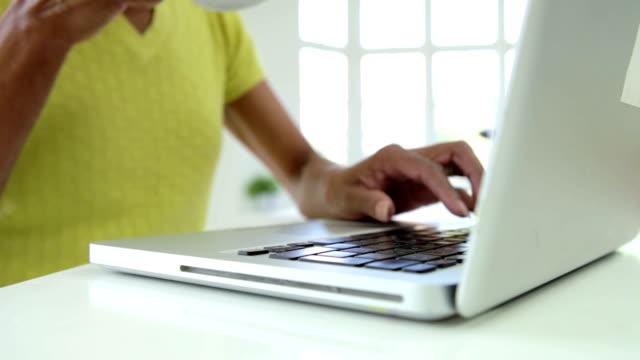 vídeos de stock, filmes e b-roll de close-up da mulher afro-americana usando o laptop em casa - trabalhador em casa