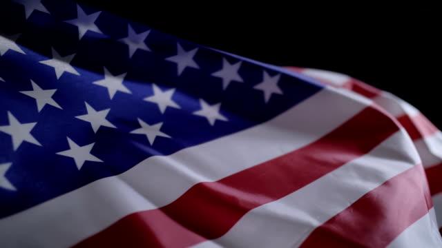 zbliżenie amerykańskiej flagi w zwolnionym tempie - machać filmów i materiałów b-roll