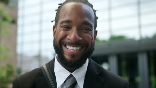 närbild av en afroamerikansk affärs man på gatan - skägg bildbanksvideor och videomaterial från bakom kulisserna