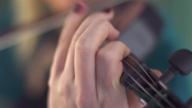 close up of an woman playing violin - nastro per capelli video stock e b–roll