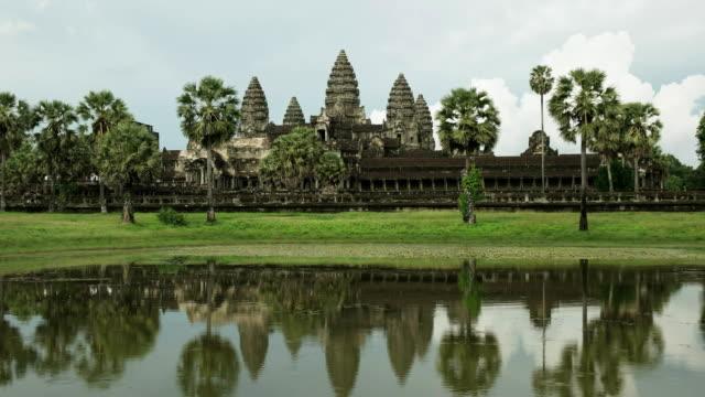 nahaufnahme von angkor wat tempel mit reflexionen in einem teich - kambodschanische kultur stock-videos und b-roll-filmmaterial
