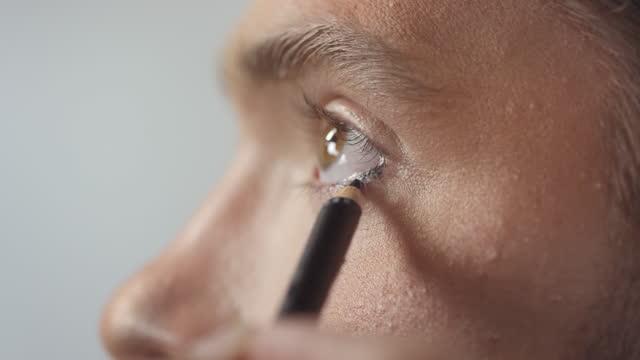 stockvideo's en b-roll-footage met close-up van het toepassen van potlood eyeliner op onderste deksel - eyeliner