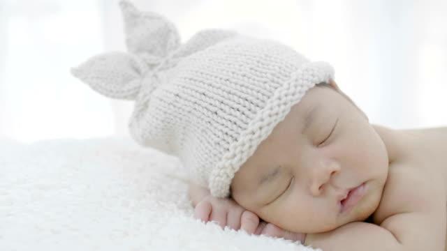 stockvideo's en b-roll-footage met 4k close up van aziatische baby opleggen van een zachte deken - aziatische etniciteit