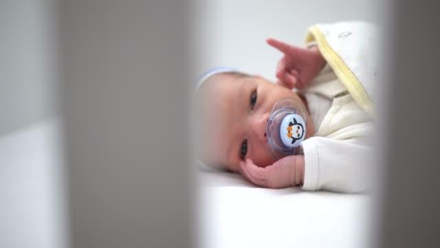 vídeos de stock, filmes e b-roll de close-up do bebê no berço para dormir - bico