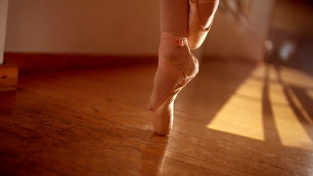 nahaufnahme von der ballerina füße de pointe - ballettschuh stock-videos und b-roll-filmmaterial