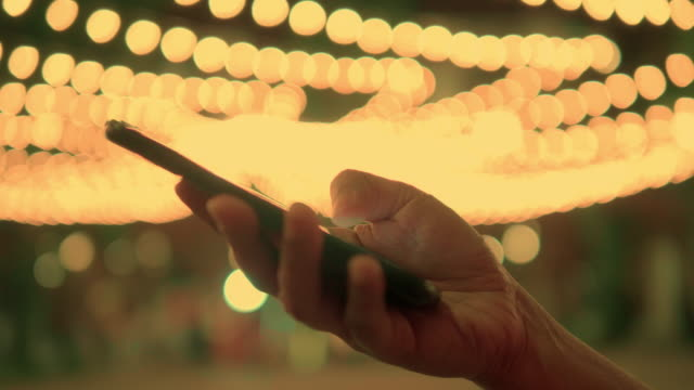 close up of beautiful woman hands texting on smartphone in the city - fare una prenotazione video stock e b–roll