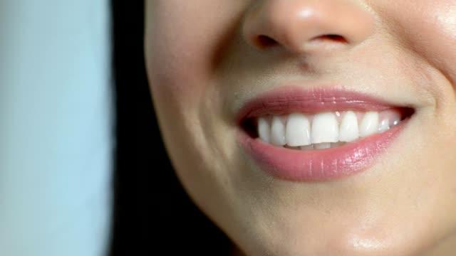 vidéos et rushes de gros plan de belle femme souriante avec dents parfaites - perfection