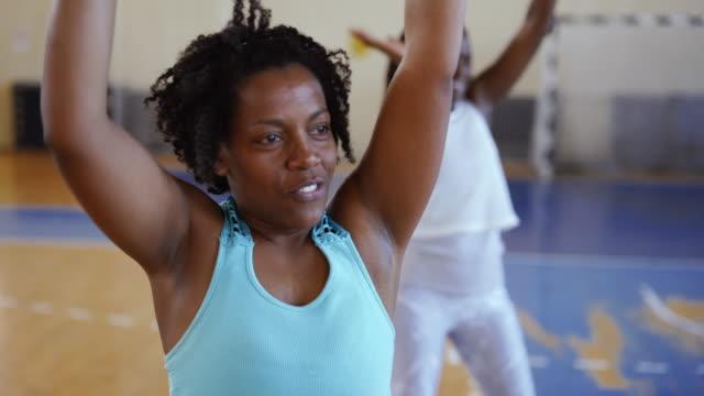 siyah kadın aerobik yapıyor yakın - orta yetişkin stok videoları ve detay görüntü çekimi